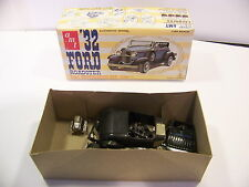 VINTAGE AMT 1932 FORD ROADSTER 1/25 SCALE MODEL BOX & PARTS
