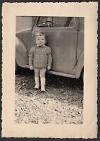 YZ0894 Ritratto di un bambino con auto alle spalle - 1940 Fotografia d'epoca