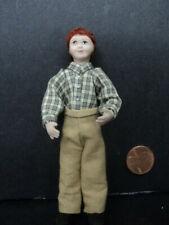 Casa de muñecas moderna niño en Puente /& Jeans pequeño hermano Porcelana 1:12 personas