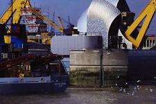799073 Thames barrera Draga pasando por alto las Aguas Londres Inglaterra A4 Foto
