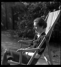 Femme assise chaise longue - Ancien négatif photo an. 1940