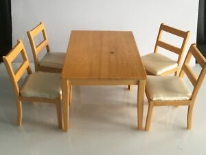 Tisch mit 4 Stühlen - Holzmodelle
