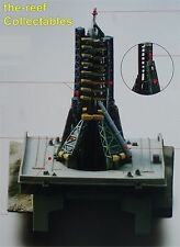 Soyuz R7 Rocket sur rampe de lancement diorama (cosmodrome de Baïkonour) modèle 1:1100 Kaiyodo