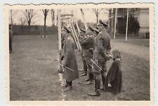 (F16830) Orig. Foto deutsche Soldaten und Kind am Fußballtor 1940er