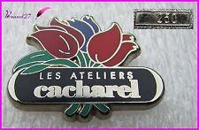 """Pin's Parfum Perfume Fleurs """" Les ateliers de CACHAREL """" Très rare numéroté 250"""