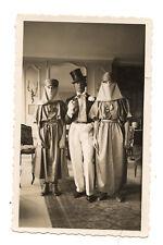 Homme déguisé chapeau haut de forme femmes voilée - photo ancienne an. 1920 30