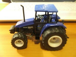 SIKU 2652 New Holland 5635 Tractor in 1:32 scale, excellent