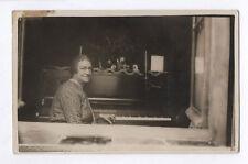 CARTE PHOTO ANCIENNE Musicien Vers 1920 Piano Pianiste Femme Fenêtre Musique