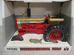 """International Harvester 1026 Toy Tactor """"1996 Collector Edition"""" 1/16 Scale, NIB"""