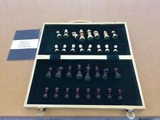 Schachspiel: Schachbrett-Koffer aus Holz mit Holzfiguren