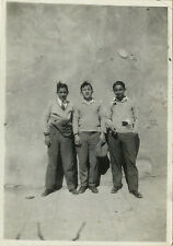 PHOTO ANCIENNE - VINTAGE SNAPSHOT - HOMME TRIO MODE MUR DRÔLE - MAN WALL FASHION
