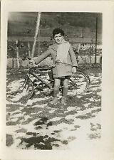 PHOTO ANCIENNE - VINTAGE SNAPSHOT - VÉLO BICYCLETTE ENFANT MODE BÉRET NEIGE-BIKE