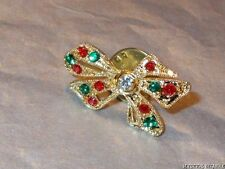 VINTAGE 80'S GOLD TONE RED GREEN CLEAR CRYSTAL SET FESTIVE BOW TAC PIN BROOCH