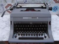 Maquina de escribir Olivetti Linea 88, para decorar o puesta a punto, vintage.