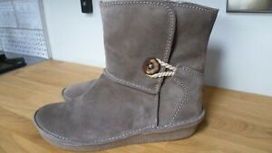 CLARKS ARTISAN LIMA CAPRICE BEIGE FAUX FUR LINED PULL-ON ANKLE BOOT SIZE 5.5UK D