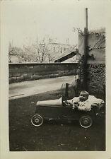 PHOTO ANCIENNE - VINTAGE SNAPSHOT - ENFANT BÉBÉ VOITURE À PÉDALES JOUET -TOY CAR