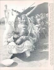 1974 Line of Starving Mothers & Children 1970s Bangladesh Press Photo