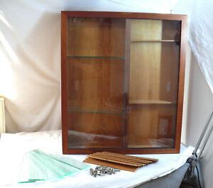 Vitrine  ca. 70 x 60 x 11,5 cm. mit Glastüren und Einlegeböden - aus Holz