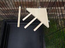 Plataforma de esquina de madera natural con tres perchas + una percha