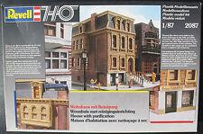 Revell 2087 - Wohnhaus mit Reinigung - H0 - 1:87 - Eisenbahn Modellbausatz - Kit