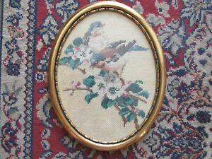 Ovales altes Stickbild Vogelmotiv auf Blüte mit Goldrahmen
