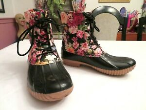 AVANTI LOW DUCK BOOTS W/ COLORFUL LOOKING FLOWERS ABOVE & FLANNEL LINING SIZE 6