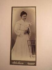 Neuhaldensleben - stehende Frau im Kleid - Blumen - Stuhl - Kulisse / CDV