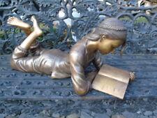 fille au livre en bronze , statue d une fille coucher en bronze, superbe  .