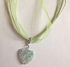collier organza vert avec pendentif coeur fleurs multicolores 21x20mm