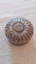 Boite à aiguilles/épingles ancienne métal, décor fleur/tournesol/marguerite.B170