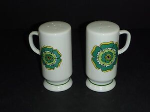 Vtg mid Century MOD Flower Power Footed Ceramic Salt Pepper Shakers Green Floral