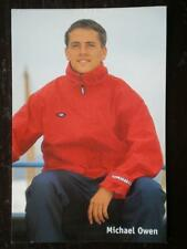 POSTCARD B45 SPORT MICHAEL OWEN - SITTING DOWN IN RED TRACKSUIT