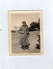Foto Soldat mit Mantel und Stahlhelm   2 WK
