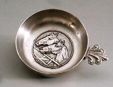 ANCIEN TASTE VIN EN ETAIN, poinçon ange, décor chevaux, anneau de suspension