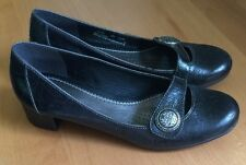 Clarks Artisan Black Pebbled Leather Classic Heels Shoe Women 8 M Button Detail