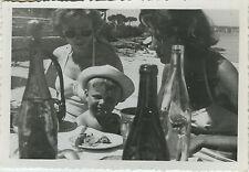 PHOTO ANCIENNE - VINTAGE SNAPSHOT - ENFANT REPAS TABLE BOUTEILLE DRÔLE - CHILD