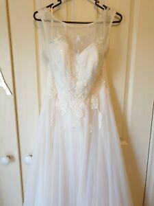 Bertossi Brides tulle sweetheart lace flower applique wedding dress size 10-12