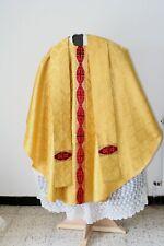 Chasuble Gothique de prêtre dorée avec étole après Vatican II