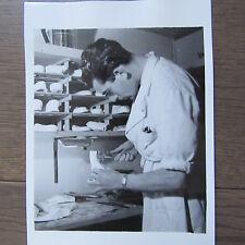 PHOTOGRAPHIE DE PRESSE 1941 ECOLE DE PODOLOGIE PRÉPARATION SEMELLE ORTHOPEDIQUE