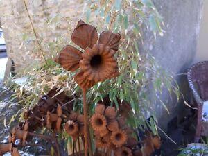 METAL GARDEN FLOWER STAKE.  DAFFODIL... RUSTY PATINA