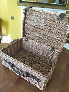 Wicker picnic style basket