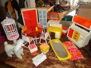 70er Jahre Barbie Möbel Sammlung gelb Tisch Stühle Schränke Badewanne...