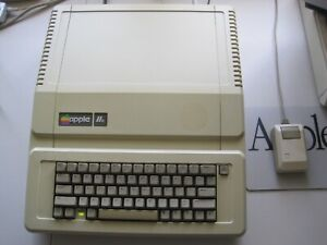Apple IIe Enhanced | A2S2064 | Lots of Upgrades | Very good + | Works just fine
