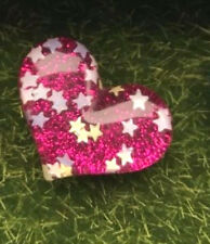CILIEGIA Rosa Sparkly Glitter Cuore Stelle Kitsch Pin Badge 30 mm