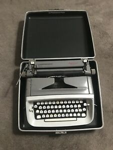 SINGER PROFESSIONAL. Typewriter Model T-62 With Case