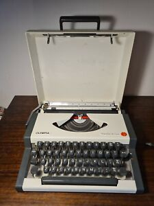 Vintage Olympia Traveller Deluxe  Typewriter & Case Untested