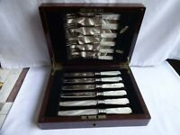 VINTAGE SILVER PLATED & MOTHER OF PEARL HANDLED FRUIT KNIVES & FORKS WOODEN CASE
