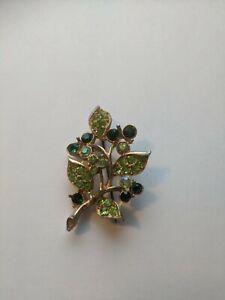 VINTAGE GOLD TONE SPARKLING GREEN RHINESTONES FLOWER BROOCH