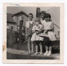 PHOTO ANCIENNE Enfant Petite Fille Poupée Poupon Jouet Enfant 1962 Groupe Rue