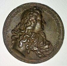 MÉDAILLE COMMÉMORATIVE DE LOUIS XIV. CUIVRE CISELÉ. FRANCE XVIIIÈME SIÈCLE